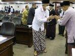 gubernur-ganjar-pranowo-mengenakan-baju-koko-putih-sarung-batik-di-hari-santri-nasional-2021.jpg