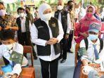 gubernur-jatim-khofifah-indar-parawansa-saat-meninjau-vaksinasi-pelajar-di-sman-6-kota-surabaya.jpg