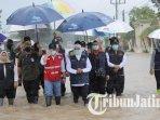 gubernur-jawa-timur-khofifah-indar-parawansa-banjir-di-kecamatan-bandarkedungmulyo-jombang.jpg