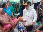 gubernur-jawa-timur-khofifah-indar-parawansa-gendong-bayi-kehabisan-popok-banjir-madiun.jpg