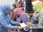 gubernur-jawa-timur-khofifah-indar-parawansa-menyerahkan-bantuan-pangan-jaring-pengaman-sosial.jpg