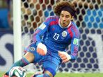 guillermo-ochoa-kiper-timnas-brazil-soccerlycom_20180702_112638.jpg