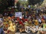 guru-honorer-k2-menggelar-aksi-unjuk-rasa-di-depan-kantor-pemerintah-kabupaten-mojokerto1_20180924_183307.jpg