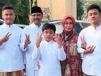 gus-ipul-bersama-istrinya-fatma-saifullah-yusuf-dan-ketiga-anaknya-usai-salat-idulfitri_20180615_163000.jpg