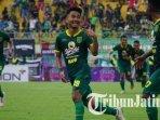 hambali-tolib-merayakan-gol-perdana-di-laga-debutnya-bersama-parsebaya-surabaya1.jpg