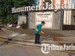 hudiyono-membersihkan-monumen-jayandaru-di-alun-alun-sidoarjo-ilustrasi-monumen-jayandaru.jpg