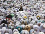 ibadah-salat-berdoa-di-mekkah-arab-saudi.jpg