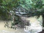ilustrasi-jembatan-rusak-akibat-tergerus-aliran-sungai-di-desa-ngares-trenggalek-akibat-hujan-deras.jpg