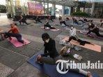 ilustrasi-yoga-di-plaza-outdoor-novotel-samator-surabaya.jpg