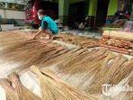 imam-suhadi-pengrajin-sapu-lidi-asal-desa-karangsemanding-kecamatan-balongpanggang.jpg