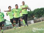 irfan-jaya-berlatih-bersama-pemain-persebaya_20181002_202438.jpg