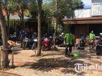 jemaah-mengambil-motornya-di-gereja-kristen-indonesia-gki_20180515_153931.jpg