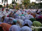 jemaah-salat-idul-fitri-1439-h-di-taman-surya-balai-kota-surabaya_20180615_080915.jpg