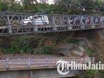 jembatan-bailey-yang-dipasang-di-atas-jembatan-jeli-yang-ambruk-di-perbatasan-tulungagung-dan-kediri.jpg