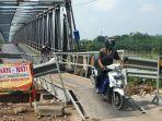 jembatan-darurat-khusus-roda-dua-di-jembatan-glendeng-di-desa.jpg
