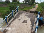 jembatan-penghubung-antar-desa-ambles-diterjang-air-banjir-di-dusun-tretes-dawarblandong-mojokerto.jpg