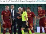 jose-mourinho-ngamuk-masuk-lapangan-as-roma-kena-empat-kartu-merah.jpg
