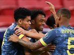 juan-cuadrado-tengah-merayakan-golnya-bersama-rekan-satu-timnya-di-kolombia.jpg