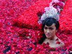 julia-perez-saat-melakukan-prosesi-ruwatan-dengan-mandi-air-kembang-mawar-merah.jpg
