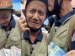 kakek-penjual-koran-menangis-bahagia-dapat-rezeki-rp-150-ribu.jpg