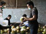 kanan-arifin-pedagang-penjual-kelapa-muda-di-kawasan-menur.jpg