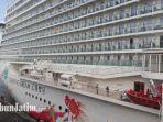 kapal-pesiar-genting-dream-cruises-menepi-di-pelabuhan-tanjung-perak-surabaya_20180123_102020.jpg