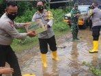 kapolres-bojonegoro-akbp-eva-guna-pandia-memberikan-bantuan-sembako-kepada-korban-banjir.jpg