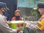 kapolres-gresik-akbp-arief-fitrianto-memberikan-bantuan-beras-pada-warga-terdampak-pandemi-covid-19.jpg