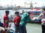 kapolres-gresik-akbp-arief-fitrianto-saat-memberikan-baksos-kepada-para-nelayan.jpg