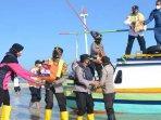 kapolresta-probolinggo-akbp-rm-jauhari-membagikan-bantuan-kepada-warga-di-pulau-gili-ketapang.jpg