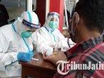karyawan-spbu-tengah-diambil-darahnya-untuk-rapid-test-covid-19-di-spbu-karangwaru.jpg