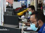 karyawan-yamaha-jatim-saat-melayani-konsumennya-yang-akan-booking-servis-lewat-layanan-online.jpg