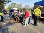 kecelakaan-isuzu-panther-vs-truk-diesel-terjadi-di-jalur.jpg