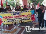 kelompok-gerakan-peduli-rakyat-suroboyo-gprs-melakukan-aksi-di-depan-gedung-dprd-surabaya_20180811_114746.jpg