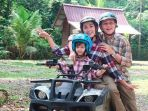 keluarga-andhika-pratama-ussy-sulistiawaty-di-malaysia_20180918_095115.jpg