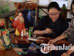 kenalkan-wayang-melalui-lukisan-alumnus-ubaya-kreasikan-tote-bag-potehi.jpg