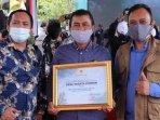 kepala-dinas-pariwisata-kota-batu-arief-as-siddiq-dan-perwakilan-desa-punten-menerima-sertifikat.jpg