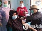 kepala-dinkes-tulungagung-dr-kasil-rokhmat-mengenakan-pakaian-era-kolonial-vaksinasi-covid-19.jpg