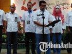 kepala-kanwil-djp-jatim-ii-neilmaldrin-noor-bersama-pegawainya-mebaca-deklarasi-anti-korupsi.jpg