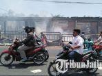kepulan-asap-masih-muncul-dari-bara-api-hingga-selasa-29102019-siang-kebakaran-pasar-tanah-merah.jpg