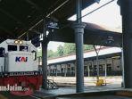 kereta-api-saat-melintasi-jalur-rel-di-stasiun-gubeng.jpg