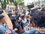 kericuhan-yang-sempat-terjadi-seusai-aksi-damai-di-depan-gedung-negara-grahadi-surabaya.jpg