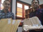 ketua-bawaslu-tulungagung-fayakun-menunjukkan-amlop-berisi-tabloid-indonesia-barokah.jpg