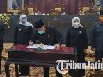 ketua-dprd-jawa-timur-kusnadi-dan-khofifah-saat-penandatanganan-nota-kesepakatan-kua-ppas.jpg