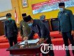ketua-dprd-kota-blitar-syahrul-alim-menandatangani-persetujuan-bersama-penetapan-dua-raperda.jpg
