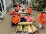 ketua-dpw-pks-jatim-irwan-setiawan-memberikan-bantuan-kepada-korban-bencana-banjir-di-jombang.jpg