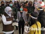 khofifah-indar-parawansa-bagi-bagi-masker-kepada-pengunjung-royal-plaza-surabaya.jpg