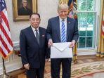 kim-jong-un-kirim-surat-berukuran-jumbo-ke-donald-trump_20180602_142727.jpg