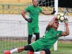 kiper-madura-united-m-ridho-saat-berlatih-di-stadion-gelora-bangkalan.jpg