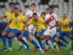 kiri-ke-kanan-depan-pemain-brasil-danilo-casemiro-dan-pemain-peru-marcos-lopez-menunggu-bola.jpg